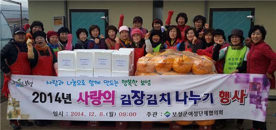 <보성군여성단체협의회 회원들이 어려운 이웃에 전달할 사랑의 김장김치를 담근 뒤 기념촬영을 하고 있다.>