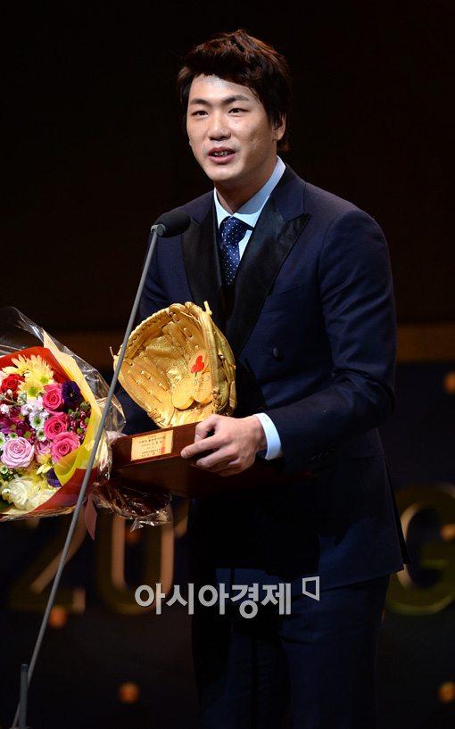 [포토]사랑의 골든글러브 수상하는 SK 김광현