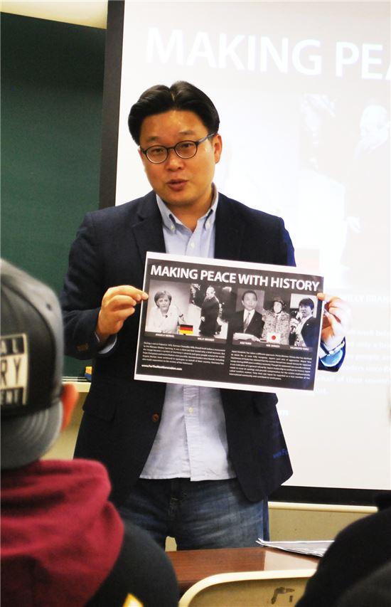 서경덕 성신여대 교수는 9일 일본 도쿄 YMCA에서 현지 대학생들을 상대로 일본군 위안부 관련 특강을 진행했다.