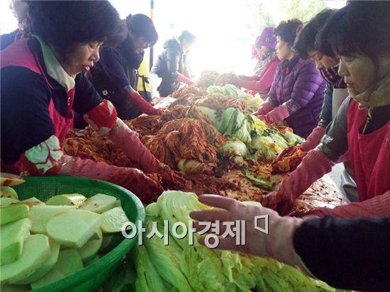 장흥군 대덕읍 여성단체는 소외계층을 위한 김장나눔행사를 개최했다.
