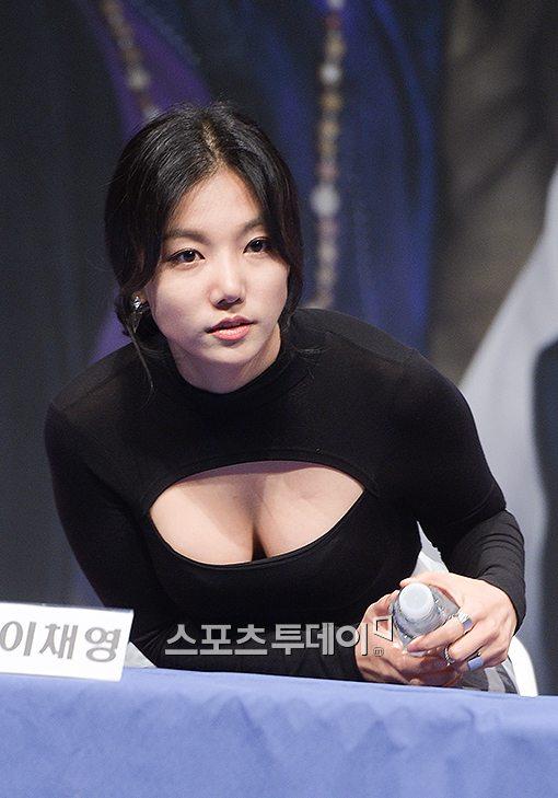 '하녀들' 이채영, 파격적인 가슴골 노출 절개의상…남다른 '볼륨감'