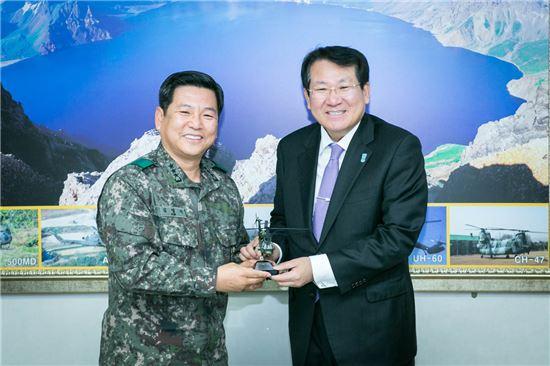 김한조 외환은행장(오른쪽)이 김영식 육군 항공작전사령부 사령관과 기념사진 촬영을 하고 있다.(자료제공:외환은행)