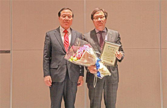 변동식 CJ오쇼핑 대표(오른쪽)가 지난 10일 동반성장위원회로부터 '동반성장 우수협력 대기업 감사패'를 수상한 후 기념촬영을 하고 있다.