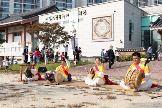 대전무형문화재전수회관에서 대전 시민들과 함께 한 2014 전통문화행사 '옛날 옛적에' 공연 모습.