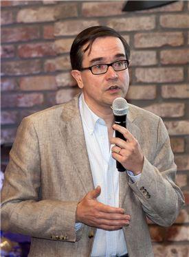 프랑수아 프로보 르노삼성 사장이 지난 11일 열린 송년 미디어 간담회에서 발언을 하고 있는 모습.