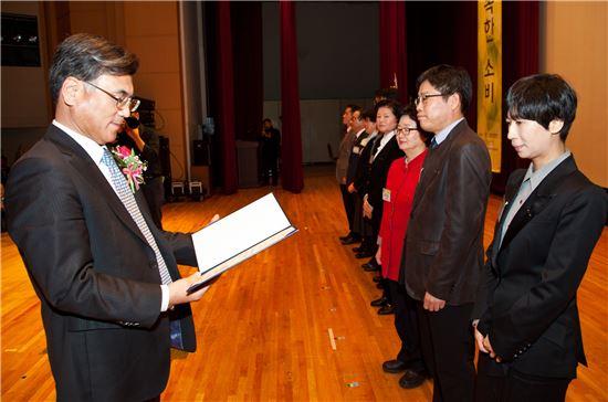 서인주 상명대 교수(맨 오른쪽)가 제19회 소비자의 날 기념식에서 국무총리상을 수상하고 있다.