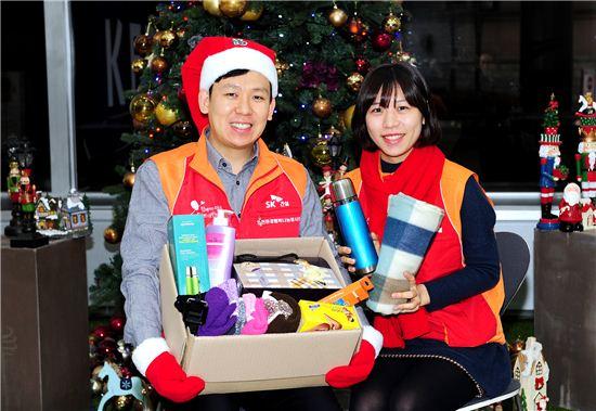 SK건설 임직원들이 12일 서울 을지로 지플랜트 사옥에서 희망메이커 후원가정에 전달할 크리스마스 선물키트를 만들고 있다.