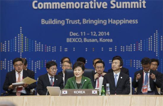 박근혜 대통령이 12일 오전 부산 벡스코에서 열린 한-아세안 정상회의 세션1에서 발언하고 있다.(사진제공 : 청와대)