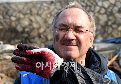 [포토]슈틸리케 감독, '연탄 화장은 필수!'