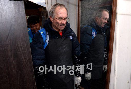 [포토]슈틸리케 감독, '연탄 배달 왔어요~'