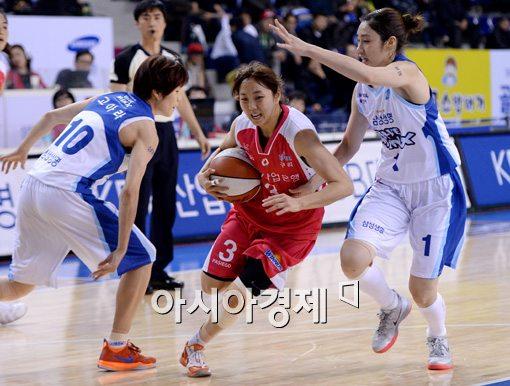 [포토]김진영, '수비 사이를 뚫어라'