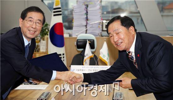 안벙호 함평군수(오른쪽)와 박원순 서울시장이 협약을 체결하고 악수를 하고있다. 사진제공=함평군