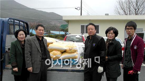 구례군 토지면 이병주 씨가  어려운 이웃에 기부물품을 전달했다.