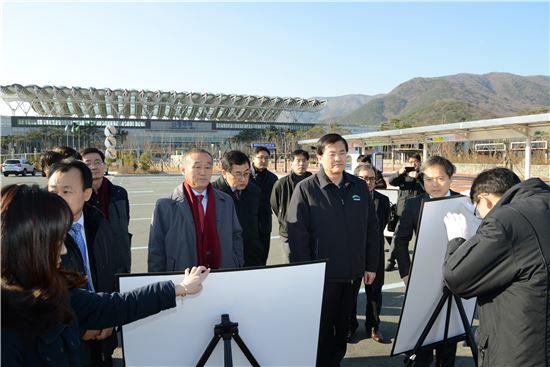 서승환 국토교통부 장관(오른쪽 두번째)이 13일 경주시를 방문해 경주시 관계자로부터 역세권 개발과 관련한 현황을 듣고 있다.