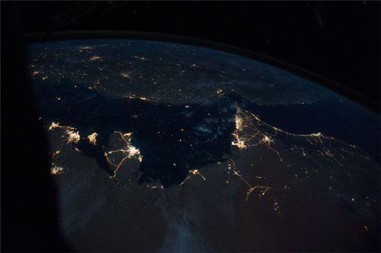 ▲카타르 사막지역의 불빛과 어둠.[사진제공=NASA/테리 버츠 우주비행사]