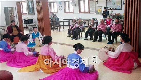 광주 광산구 신흥동주민센터(동장 류수청)가 운영하는 '가야금교실' 수강생들이 12일 복지시설을 방문해 위문공연을 했다.