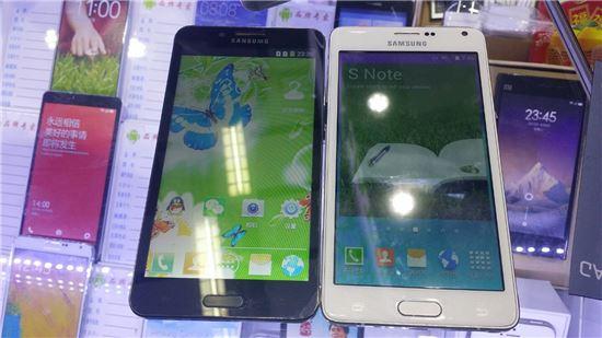 삼성전자 갤럭시노트4의 가짜제품. 왼쪽 제품은 400위안대에, 오른쪽 제품은 900위안대에 판매했다.