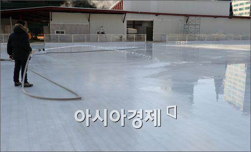 [포토]마무리 공사 한창인 스케이트장