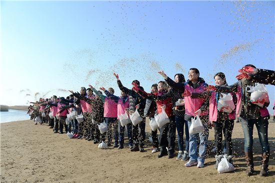 성세환 BS금융 회장(오른쪽에서 세 번째)은 13일 임직원 200여명과 함께 낙동강하구 생태공원에서 철새 먹이주기 활동을 하고 있다.(자료제공:BS금융그룹)