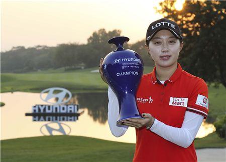 김효주가 현대차 중국여자오픈 우승트로피를 들고 포즈를 취하고 있다. 사진=KLPGA제공
