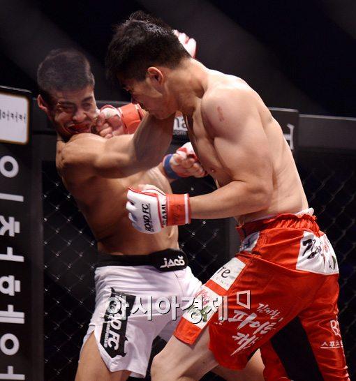 [포토]김대환, 'TKO 승리 얻어내는 카운터 펀치 한 방!'