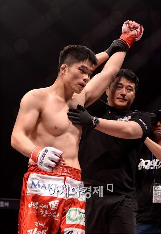 [포토]김대환 해설위원, '데뷔전서 화끈한 TKO 승리!'