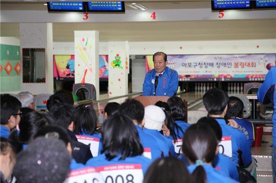 박홍섭 마포구청장이 장애인 볼링대회에서 인사말을 하고 있다.