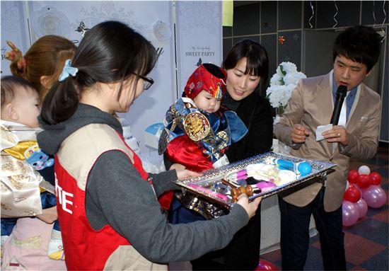 세븐일레븐 봉사단 20여명이 지난 16일 오후 청운보육원(서울 동작구)을 방문해 영아들에게 돌잔치를 열어 주고 함께 즐거운 시간을 보냈다.