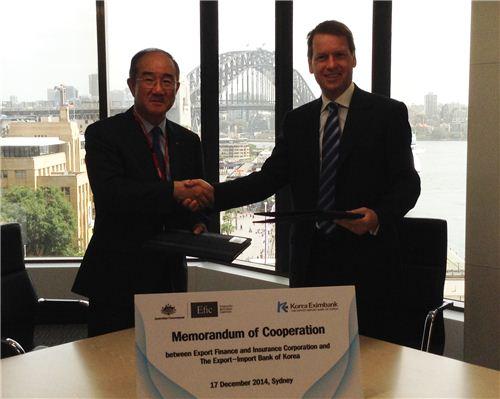 ▲한국수출입은행은 17일 호주의 대외정책금융기관인 EFIC과 '협력 강화를 위한 업무협약'을 체결했다고 밝혔다. 사진 왼쪽부터 이덕훈 수은 행장, 앤드류 헌터 EPIC 사장.
