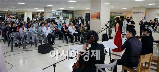 전남대학교병원(병원장 윤택림)이 지난 16일 환자의 쾌유를 기원하며 한 해를 마무리하는 송년음악회를 전남대병원 1동 로비에서 개최했다.