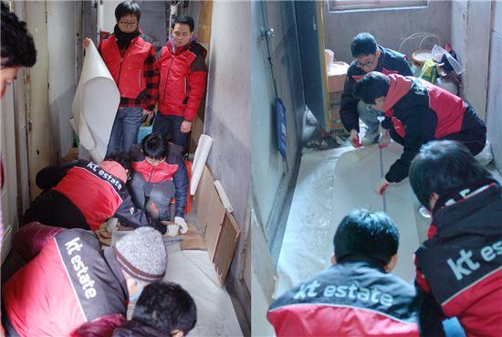 17일, 봉사활동에 참가한 kt estate 임직원들이 서울 용산구 동자동 쪽방촌에서 도배 봉사활동을 하고 있다.