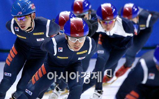 곽윤기(맨 앞)가 남자 쇼트트랙 대표팀 훈련을 이끌고 있다. [사진=김현민 기자]