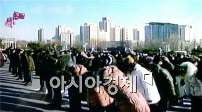추모묵념하는 북한 평양 주민들