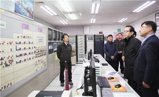 ▲박기동 한국가스안전공사 사장(오른쪽 두번째)이 17일 서울역사에서 안전장치 작동 등 안전관리 실태에 대한 설명을 듣고 있다.