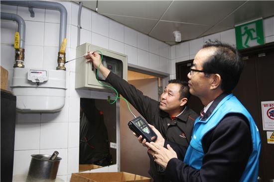 ▲박기동 한국가스안전공사 사장(오른쪽)이 서울역사 식당가 가스누출여부를 점검하고 있다.