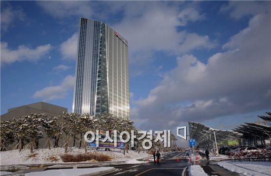 한국전력공사가 서울 삼성동 시대를 마감하고 17일 오후 광주ㆍ전남 공동혁신도시에서 이전기념식을 가졌다. 한전 나주 신사옥은 지하2층, 지상31층 규모로 전체 직원은 1500여 명이다. 샂니제공=전남도