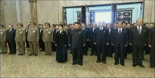 김정은과 부인 리설주 등이 17일 금수산태양궁전에서 참배하고 있다.