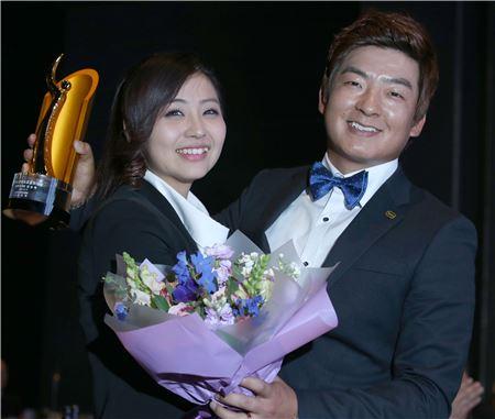 김승혁이 한국프로골프 대상 수상 직후 연인 양수진과 함께 기념 촬영을 하고 있다. 사진=KGT 제공