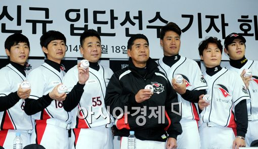 [포토]조범현 감독, '신규 선수입단으로 든든합니다'