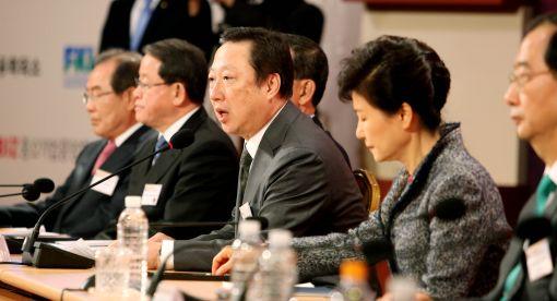 박용만 대한상의 회장이 18일 서울 코엑스에서 열린 '경제5단체 초청 해외진출 성과 확산 토론회'에서 개회사를 하고 있다.