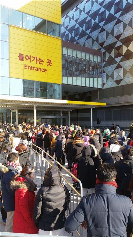 이케아코리아 매장 앞에 입장을 기다리며 줄을 선 사람들.