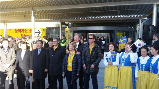 패트릭 슈루프 이케아코리아 대표(왼쪽 네번째) 등 이케아코리아 관계자들이 개장을 앞두고 기념촬영을 하고 있다.