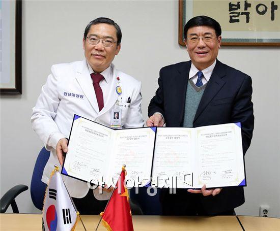 전남대학교병원(병원장 윤택림.왼쪽)이 18일 중국의 대형종합병원인 장치시 제2국민병원(병원장 양장비)과 의료협력을 위한 MOU를 체결했다.