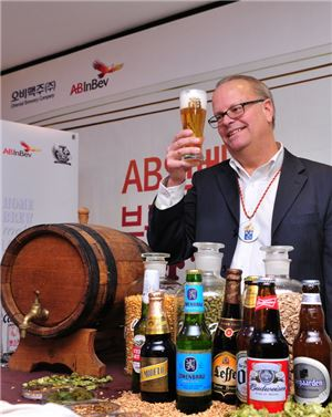 AB인베브의 대표적인 맥주 양조 장인인 조지 리쉬(George Reisch)가 한국을 찾아 35년 경력 브루마스터의 맥주 양조 경험과 노하우를 공개했다. 조지 리쉬가 전용잔에 담긴 맥주의 빛깔과 거품을 확인하고 있다.
