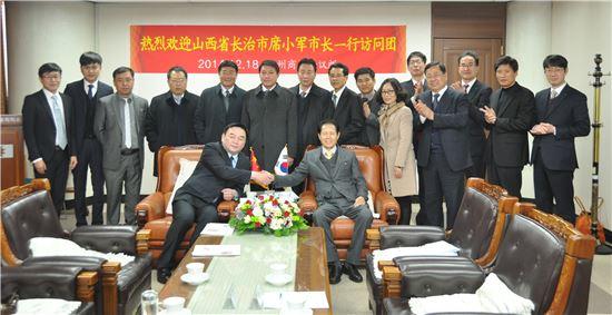 중국 산서성 장치시(시장 시샤오쥔) 대표단이 18일 광주상공회의소(회장 박흥석)를 방문, 양 지역 간 투자촉진 및 경제협력 활성화를 위해 공동 노력키로 했다.