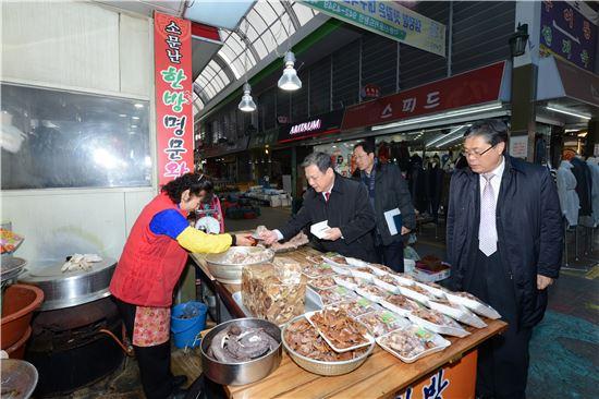 ▲김홍기 한국가스공사 상임감사위원(사진 가운데)이 18일 대구 동서시장에서 온누리상품권을 사용해 상품을 구매하고 있다.