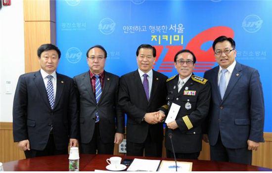 박래학 서울시의회의장(가운데) 일행이 광진소방서 방문