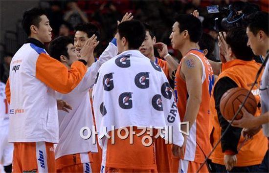 부산 KT와의 3라운드 맞대결에서 승리한 인천 전자랜드 선수들[사진=김현민 기자]