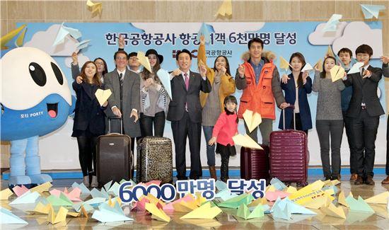 한국공항공사 항공여객 6,000만명 돌파를 축하하며 19일 김포공항 국제선 3층 청사에서 김석기 한국공항공사 사장과 임직원, 관광객들이 종이비행기를 날리고 있다. 전국 14개의 공항을 운영하는 한국공항공사는 이날 항공여객 6000만명 달성을 자축하는 기념식을 갖고, 국민들의 성원에 보답하는 의미로 전국공항에서 이용객에게 특별 기념품을 제공했다.