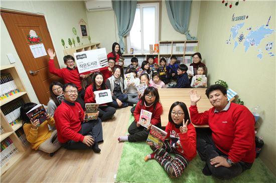 지난 18일 현대산업개발 임직원들이 경북 문경시 농암면 농암리 '행복나눔 지역아동센터'를 찾아 아이들과 함께 '심포니 작은도서관 조성' 기념사진을 촬영하고 있다.